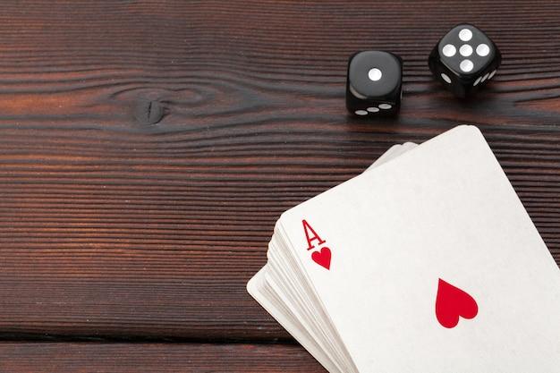 Giocare a carte e dadi sul tavolo