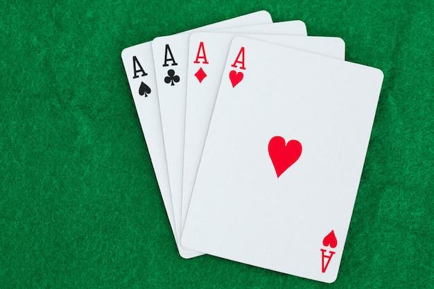 Giocare a carte su un tappeto da gioco