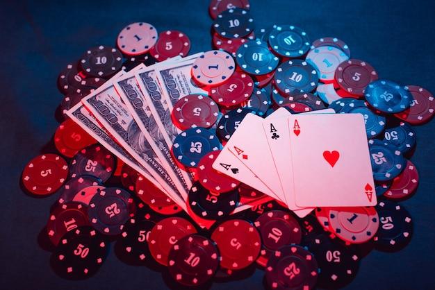 Giocare a fiches da poker, carte e denaro pieno di fumo.