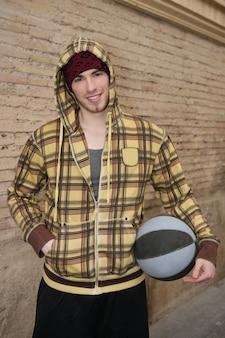 Giocatore della via della palla del canestro di lerciume su brickwall