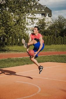 Giocatore di basket che fa il trucco