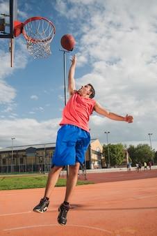 Giocatore di basket che salta verso il bordo