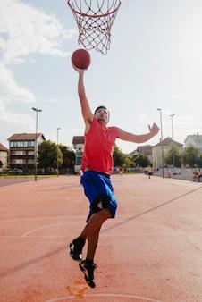 Giocatore di basket dunking