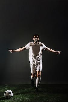 Giocatore di calcio che celebra obiettivo
