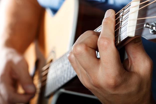Giocatore di chitarra acustica che esegue canzone