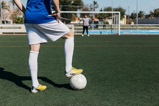 Giocatore di football americano con palla guardando verso l'obiettivo