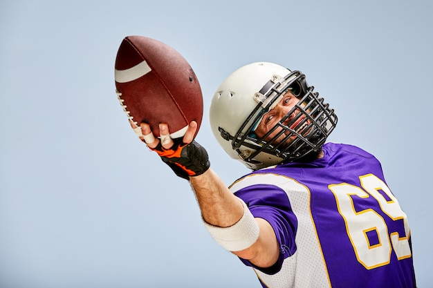 Giocatore di football americano in azione con la palla