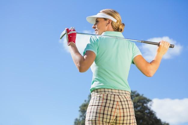 Giocatore di golf femminile che sta tenendo il suo club