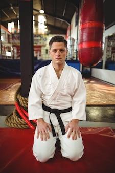 Giocatore di karate seduto in posizione seiza