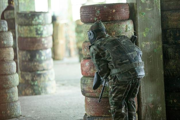 Giocatore di paintball in abiti da soldato.