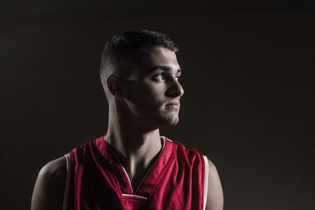 Giocatore di pallacanestro che osserva via
