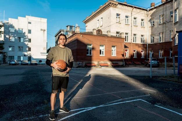 Giocatore di pallacanestro urbano di vista frontale