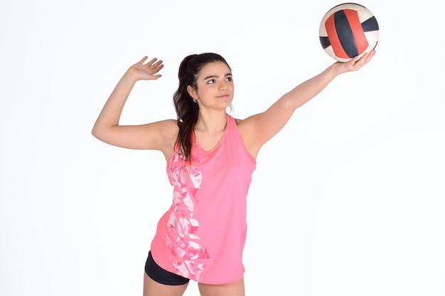 Giocatore di pallavolo donna colpire la palla.