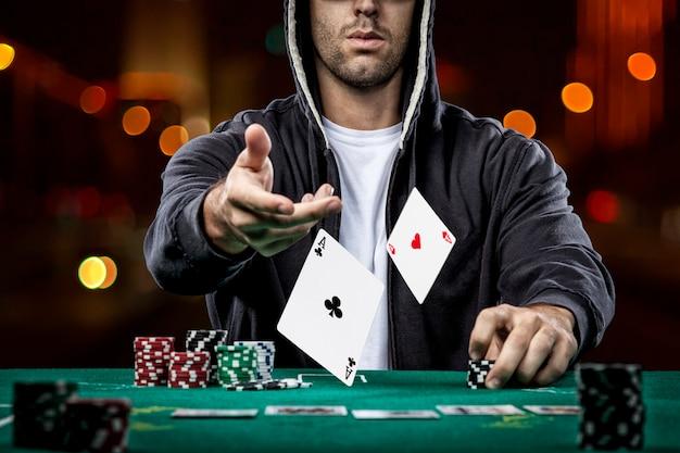 Giocatore di poker che mostra una coppia di assi