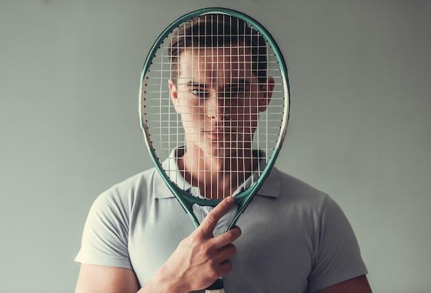 Giocatore di tennis uomo attraente