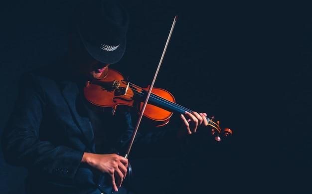 Giocatore di violino in studio scuro, concetto musicale