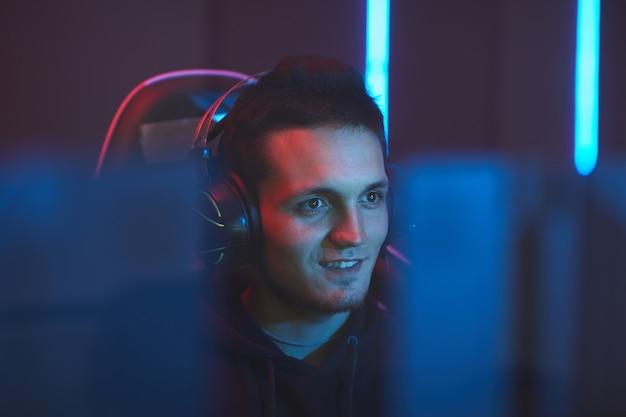 Giocatore emozionante che guarda il monitor del computer