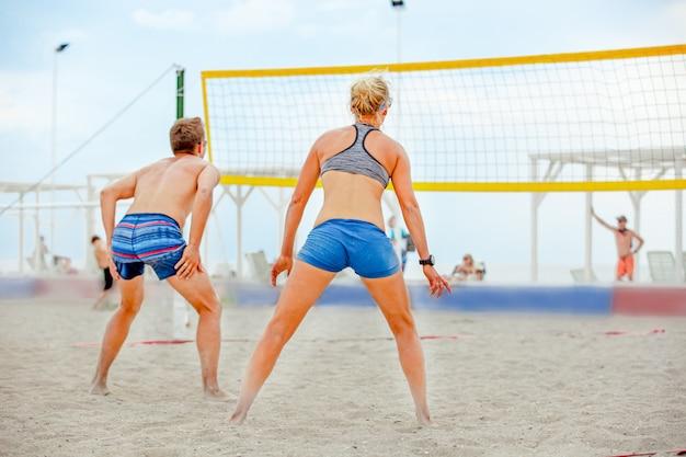 Giocatori di beach volley in spiaggia