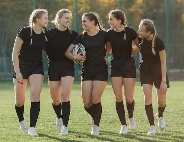Giocatori femminili di rugby di vista frontale che se lo esaminano
