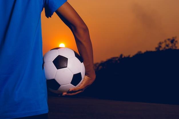 Giocatori sportivi che prendono la palla e il campo di calcio.
