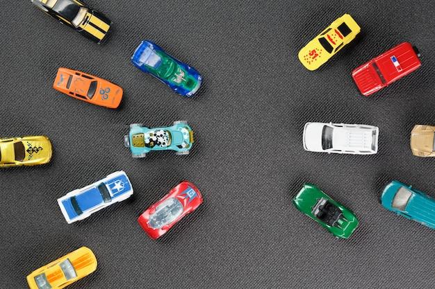 Giocattoli automobilistici colorati. l'appartamento era disteso su un grigio
