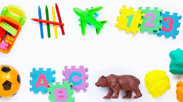 Giocattoli colorati per bambini su bianco