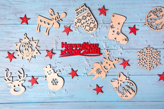 Giocattoli d'attaccatura di legno e buon natale saluto piccole lettere rosse