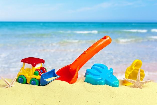 Giocattoli da spiaggia colorati sulla sabbia
