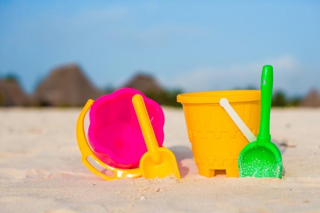 Giocattoli da spiaggia per bambini sulla spiaggia di sabbia bianca
