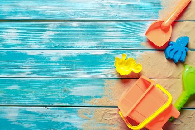 Giocattoli dei bambini sul fondo della piattaforma di legno con copyspace