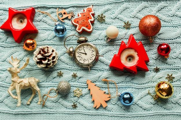 Giocattoli di decorazione natalizia. vista dall'alto. preparazione per le vacanze invernali