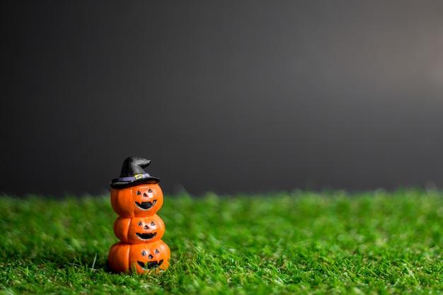 Giocattoli di halloween sull'erba.
