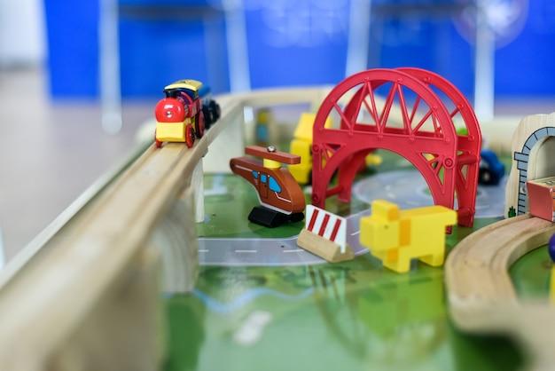 Giocattoli di legno per i bambini per sviluppare l'immaginazione.