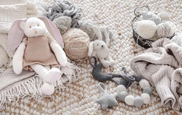 Giocattoli fatti a maglia fatti a mano con gomitoli di filo