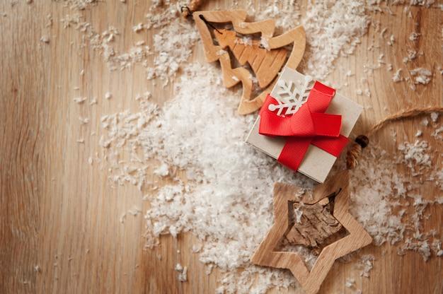 Giocattoli fatti a mano in legno e scatole di natale per regali di carta kraft