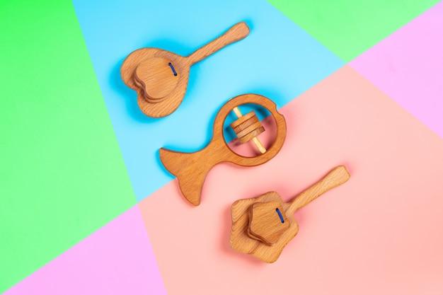 Giocattoli in legno ecologici, sonagli a forma di cuore, pesce, stelle su sfondo isolato