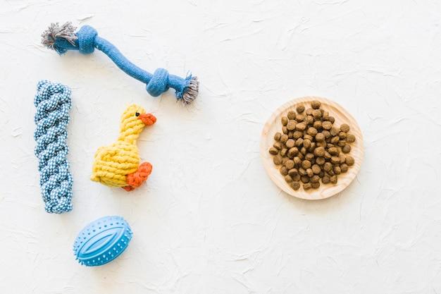 Giocattoli per animali vicino al cibo