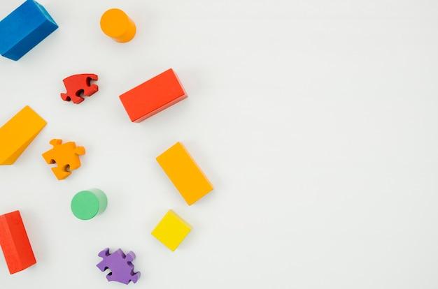 Giocattoli per bambini in legno vista dall'alto con spazio di copia