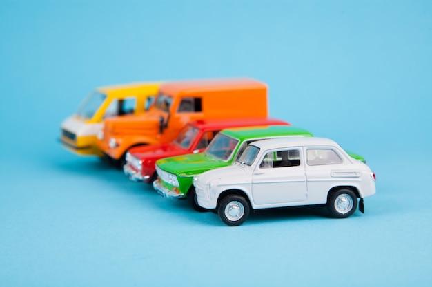 Giocattoli per bambini - modelli di auto su blu