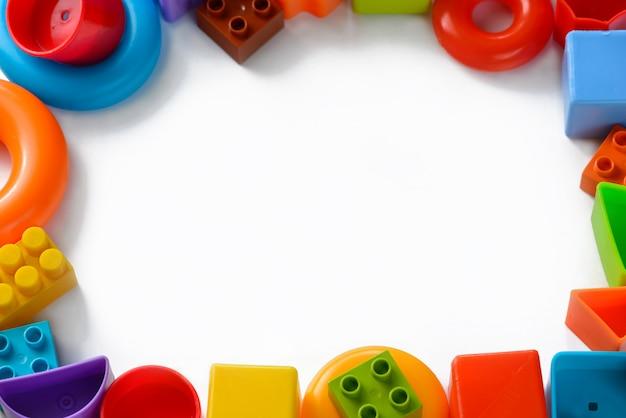 Giocattoli per bambini multicolori sotto forma di una cornice su uno sfondo bianco
