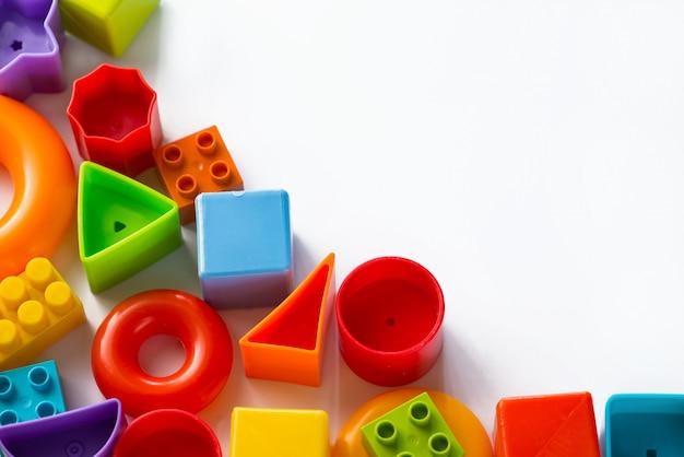 Giocattoli per bambini multicolori su uno sfondo bianco