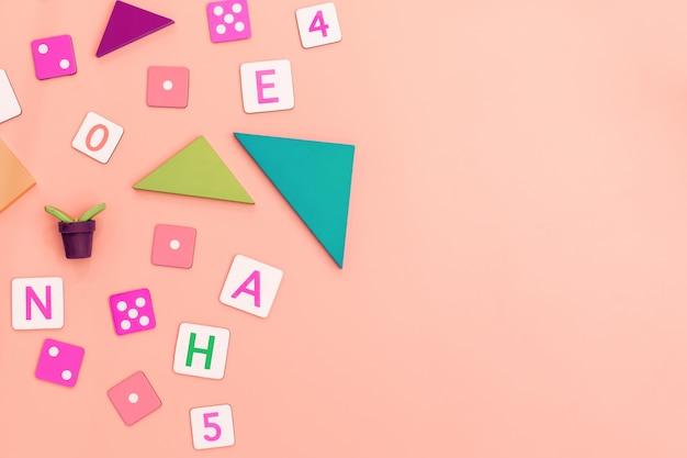 Giocattoli per bambini su sfondo rosa