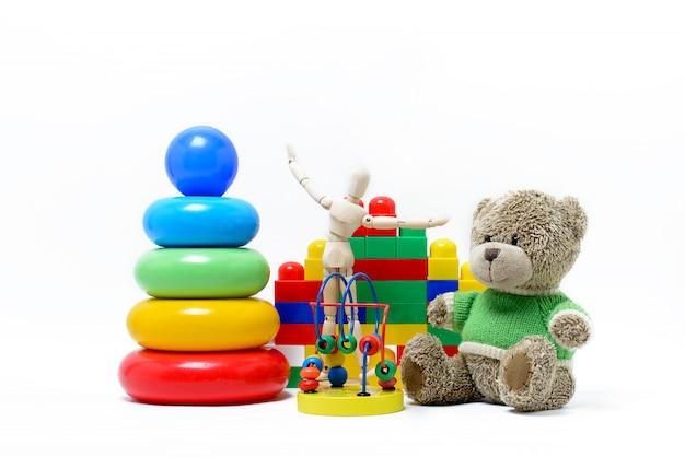 Giocattoli per bambini su uno sfondo bianco