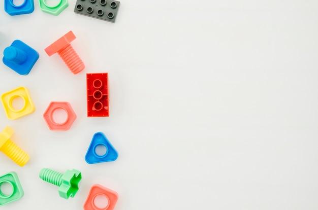 Giocattoli per bambini vista dall'alto con spazio di copia