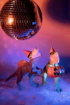 Giocattoli spettrali di halloween del primo piano e palla della discoteca
