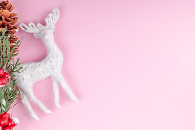 Giocattolo dei cervi di natale con la decorazione di feste del nuovo anno con copyspace