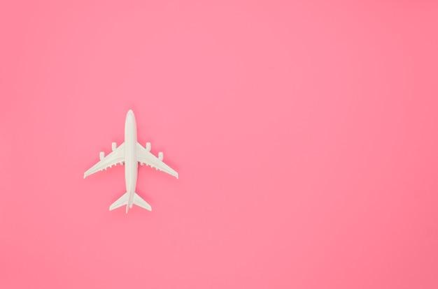 Giocattolo dell'aeroplano dello copia-spazio sulla tabella