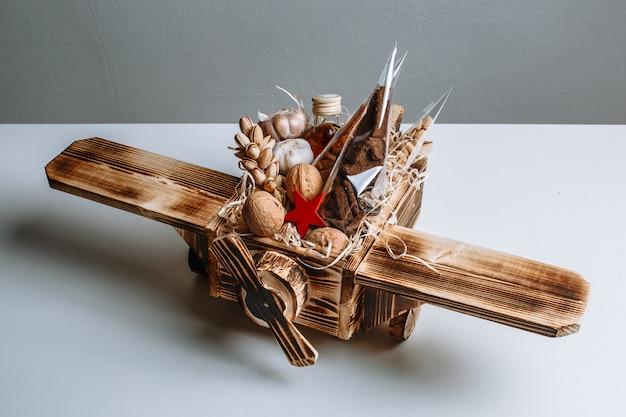 Giocattolo dell'aeroplano di legno riempito di noci. regalo originale per le vacanze