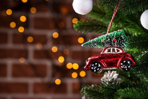 Giocattolo dell'albero di natale a forma di automobile rossa