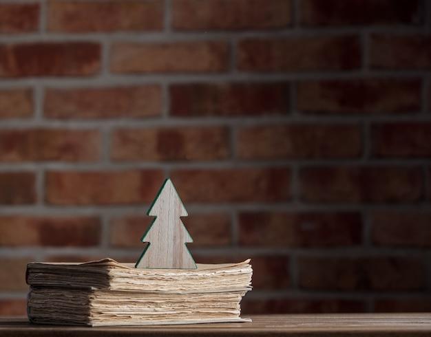 Giocattolo dell'albero di natale e vecchi libri